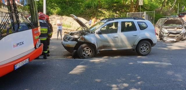 Do groźnie wyglądającego zderzenia doszło w poniedziałek, 17 czerwca, na ul. Walczaka w Gorzowie Wlkp. Autobus MZK linii 124 zderzył się z dwoma samochodami osobowymi. Sytuacja miała miejsce na wysokości dawnego szpitala dziecięcego, obecnie Villa Park.  Kolizja miała miejsce około godziny 10. Uczestniczył w niej autobus MZK i dwa samochody osobowe: dacia i toyota. Ze wstępnych ustaleń wynika, że w zderzeniu nikt poważnie nie ucierpiał, chociaż pasażerowie autobusu z pewnością najedli się strachu. Wszyscy opuścili pojazdy o własnych siłach. Mimo wszystko na miejsce przyjechały karetki pogotowia. Medycy sprawdzają jaki jest stan osób, które uskarżają się na bóle. Przyjechali też strażacy, którzy zabezpieczyli miejsce zdarzenia. Szczegóły wypadku ustalają policjanci.  Aktualizacja: Godzina 11.15 Policja wie już, jak doszło do zderzenia. Wszystko zaczęło się od toyoty yaris, za kierownicą której siedziała kobieta, chcąca włączyć się do ruchu na ul. Walczaka. – Nie ustąpiła pierwszeństwa jadącej z góry w stronę centrum miasta dacii – mówi Maciej Kimet z zespołu prasowego Komendy Wojewódzkiej Policji w Gorzowie Wlkp. Dacia po zderzeniu z toyotą wypadła na przeciwległy pas ruchu i wtedy uderzyła w nadjeżdżający z naprzeciwka autobus.  Wszyscy kierowcy byli trzeźwi. Do szpitala na obserwację zabrano dwoje pasażerów autobusu.   Zobacz też wideo: Tragiczna bójka w Sulęcinie. Nie żyje 51-letni mężczyzna