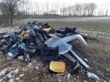 Wyrzucił odpady samochodowe na pole. Zidentyfikowano go, bo w śmiecach były dokumenty