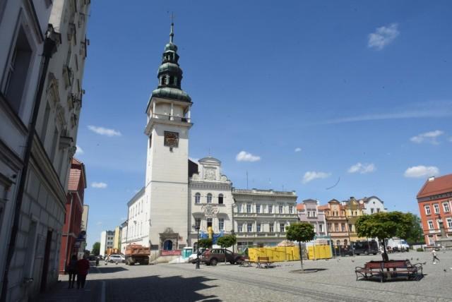 Bytom Odrzański. Tutaj mamy dwie ciekawostki. Po pierwsze obecny ratusz należy do najciekawszych przykładów architektury renesansu w Polsce. Po drugie na środku rynku znajdziecie drugi ratusz, a raczej jego zarys. Bowiem pierwszy ratusz w Bytomiu Odrzańskim wzniesiono około 1483 roku, budynek ten uległ zniszczeniu i został rozebrany pod koniec XVI wieku.