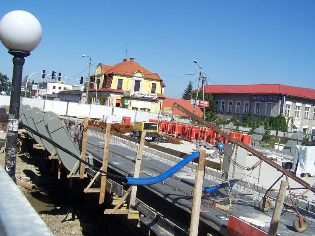 Most na Wieprzówce w Andrychowie ma być całkiem gotowy do końca września. Są już jezdnia i chodniki dla pieszych