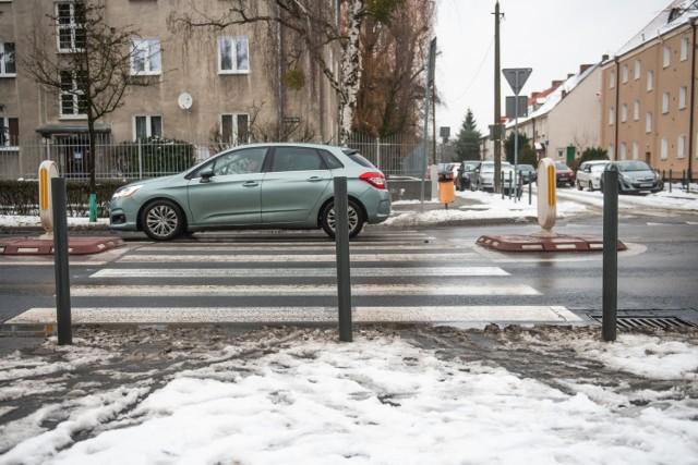 W ubiegłym roku w Poznaniu ustawiono tysiąc szarych słupków. Na ulicy Marcelińskiej słupek zamontowano centralnie na wejściu na zebrę