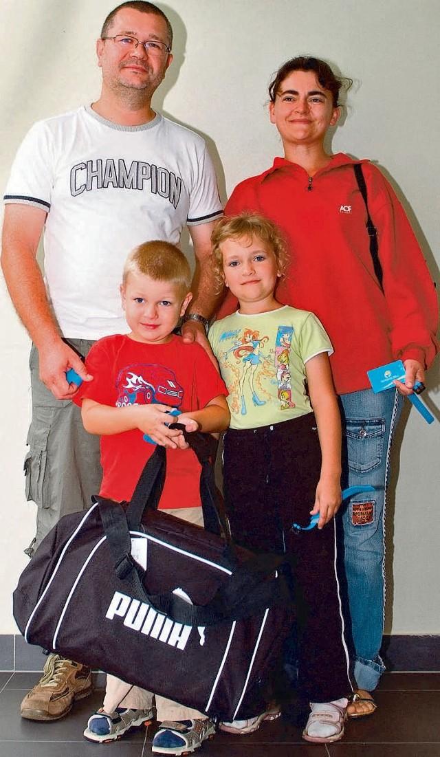 Milionowy gość łódzkiej Fali. Został nim Jarek Grześkowiak z Bełchatowa. Na zdjęciu z rodzicami i siostrą Elą.