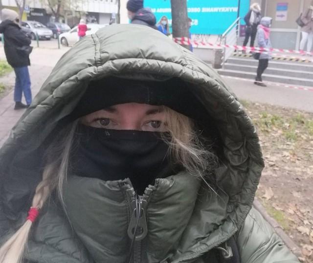 Anita Czupryn w kolejce przed punktem pobrań wymazów; SPZOZ, ul. Grzybowska 34 w Warszawie w dniu 16 października 2020