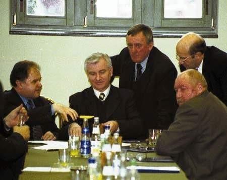 Prezydent i koledzy starostowie oraz prezes Sałajewski długo przekonywali starostę Chachulskiego (siedzi w środku) do podpisania deklaracji. Fot. TOMASZ ZABOROWICZ
