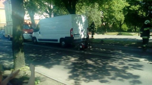 W Chełmnie skuter wjechał w dostawczy peugeot boxer