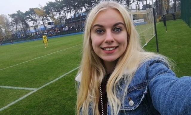 """<a href=""""/sport/regionalny-puchar-polski/"""" target=""""_blank""""><img src=""""https://d-wg.ppstatic.pl/k/r/p0/oa/lzx60o0k8g04cooooc0s0cgkkw0/belka-pp-1200-170-niebieska.4ij7q72i.jpg""""></img></a>  Katarzyna Pijarowska pochodzi z Łabiszyna, ale od kilku lat mieszka i studiuje w Bydgoszczy. Pasjonuje się fotografią, zdjęcia z wydarzeń sportowych zamieszcza na swoimi facebookowym fanpage'u """"Futbol z jajnikami"""" (obserwuje go 6,7 tys. osób). Większość galerii to mecze najniższych lig województwa kujawsko-pomorskiego.  - Nie widzę, by w ekstraklasie piłkarzom się chciało. W B-klasie walczą, zostawiają połamane nogi na boisku. I to wszystko bez pieniędzy, wręcz często sami płacą za swoją pasję. A w Ekstraklasie dostają pieniądze i odpuszczają - opowiada w rozmowie z portalem weszlo.com. W 2019 roku Katarzyna Pijarowska wzięła udział w 115 imprezach związanych w futbolem. Robiła zdjęcia m.in. z 8 meczów Totolotek Regionalnego Pucharu Polski. ZOBACZ ZDJĘCIA KASI I POZNAJ EMOCJE, KTÓRE TOWARZYSZYŁY JEJ PODCZAS OBSERWACJI SPOTKAŃ TOTOLOTEK REGIONALNEGO PUCHARU POLSKI >>>>>>>"""