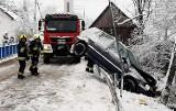 W podlimanowskiej wsi auto zawisło na barierach ochronnych drogi