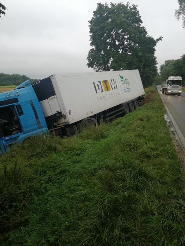 2 września w Obórkach w gminie Osiek ciężarówka wjechała do rowu