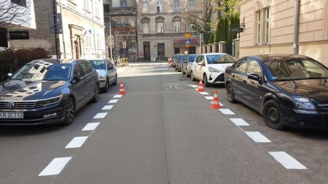 Kraków. Wielkie malowanie ulic się zaczyna. Urzędnicy na razie nie podają wykazu dróg gdzie pojawią się robotnicy, ani apeli o nieparkowanie w danym miejscu. Możliwe, że będą takie miejsca blokować pachołkami lub malować obok zaparkowanych pojazdów.
