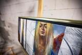 Sztuka w przestrzeni publicznej. Na dworcu autobusowym pojawiły się... obrazy