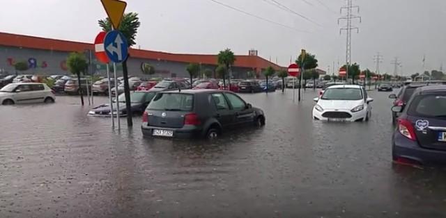 Na parkingu przed centrum handlowym M1 w Czeladzi powstało ogromne zalewisko. Samochody sa podtopione po burzy