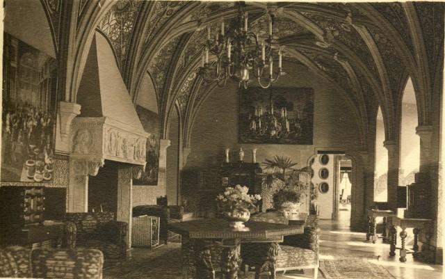Obrazy z sali Krzywej zamku Książ, trafiły po wojnie do Muzeum Narodowego w Warszawie
