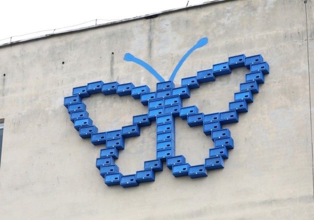 Budki lęgowe dla jerzyków montuje się na ścianach budynków - bloków, domów jednorodzinnych i innych. Mogą ozdobić nawet nieciekawą elewację. Warto powiesić ich więcej, bo jerzyki chętnie osiedlają się w grupach.