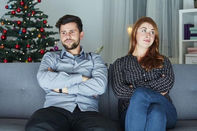 Okres świąteczny to wyjątkowo nerwowy czas dla wszystkich. Przygotowania do Wigilii i spotkania z rodziną przy świątecznym stole nie zawsze są łatwe. Wtedy często zaczynają się dociekliwe pytania, niewygodne tematy i kłótnie. Jak w takim razie przeżyć rodzinne spotkania, żeby uniknąć kłótni?