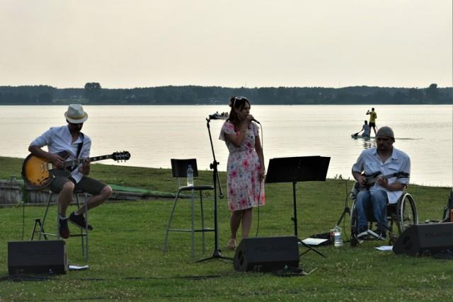 Zbąszyń. Koncert z jeziorem w tle - Rossey Janes. Koncert przy Grzybku