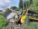 Wypadek w Podzamczu. Kierowca samochodu ciężarowego stracił panowanie nad autem i wjechał do przydrożnego rowu. Interweniowało LPR