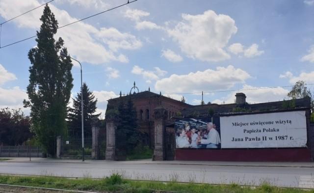 """Uniontex. """"Miejsce uświęcone wizyta Papieża Polaka Jana Pawła II w 1987 r."""" - taki napis jest na bramie dawnych zakładów włókienniczych przy ul. Kilińskiego. Od dziesięcioleci mówi się o ich rewitalizacji i o wybudowaniu papieskiej izby pamięci. A z roku na rok to coraz większa ruina.  Zobacz ZDJĘCIA na kolejnych slajdach"""