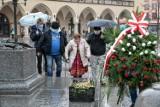 Imieniny Adama. Krakowskie kwiaciarki złożyły kwiaty pod najsłynniejszym krakowskim pomnikiem [ZDJĘCIA]