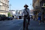 Katowiczanin wezwał policję do aut na ścieżce rowerowej i... spędził noc w areszcie