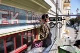 Kolejny zabytkowy toruński szyld uratowany! Zobaczcie, jak wygląda przedwojenna reklama z ulicy Mickiewicza [Zdjęcia]