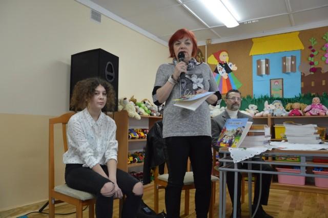 Grażyna Wołynik (stoi) z wnuczką Kariną w Przedszkolu nr 2 w Łowiczu