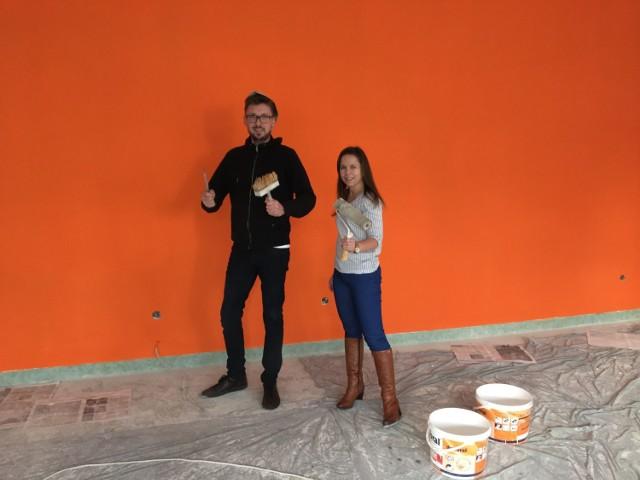 Katarzyna Czarnecka i Bartosz Kącki podczas malowania ścian w Pracowni Orange