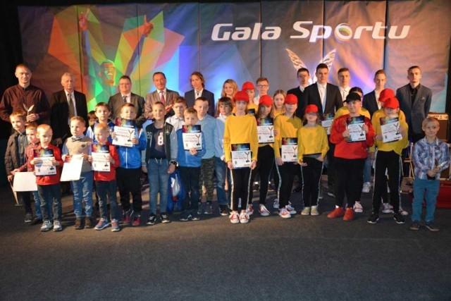 W sali Ośrodka Kultury i Turystyki odbyła się coroczna Gala Sportu. Podczas uroczystości nagrodzono pakoskich sportowców, trenerów i działaczy.   Specjalnie powołana kapituła wybrała zwycięzców w osiemnastu kategoriach, a wyniki odczytywane były dopiero podczas gali. Były również dwa specjalne wyróżnienia dla dobrze zapowiadających się drużyn sportowych.  Nagrodzeni sportowcy reprezentują najróżniejsze dyscypliny sportowe – nieprzerwanie króluje piłka nożna, koszykówka ale nie zabrakło również nowych dyscyplin jak karate, taniec czy motocross. Warto podkreślić, iż najmłodszym nagrodzonym sportowcem podczas dzisiejszej Gali Sportu był Wiktor Zakaszewski - 6-letni karateka.  Laureatami w poszczególnych kategoriach zostali:   - Adrianna Jaskuła - Zawodnik Roku 2018 w kat. Szkół Podstawowych,  - Drużyna dziewcząt w składzie: Natalia Perlikowska, Klaudia Wójcik, Dżenifer Bryda, Nikola Tomczak, Zuzanna Kubiszewska, Oliwia Wiśniewska ze Szkoły Podstawowej im. Ewarysta Estkowskiego za zajęcie IV miejsce w wojewódzkich igrzyskach młodzieży szkolnej w drużynowych biegach przełajowych dziewcząt - Żeńska Drużyna Roku 2018 w kat. Szkół Podstawowych,  - Drużyna chłopców w składzie: Aleksander Nadolski, Witold Macina, Mateusz Streich, Błażej Emeschajmer, Adam Kurek, Oskar Skunicki, Hubert Marek, Krystian Cuber, Filip Kurczewski ze Szkoły ze Szkoły Podstawowej im. Ewarysta Estkowskiego w Pakości za zajęcie IV miejsce w wojewódzkich igrzyskach młodzieży szkolnej w koszykówce chłopców - Męska Drużyna Roku 2018 w kat. Szkół Podstawowych,  - Filip Marciniak - Piłkarz Roku 2018 w kat. Orlik,  - Patryk Nowak - Piłkarz Roku 2018 w kat. Junior Młodszy,  - Bartosz Zwoliński - Piłkarz Roku 2018 w kat. Trampkarz Młodszy,  - Adam Kozłowski - Piłkarz Roku 2018 w kat. Trampkarz Starszy,  - Roger Babiarz - Piłkarz Roku 2018 w kat. Senior,  - Odkrycie Roku 2018 - Weronika Obiała,  - Oskar Skunicki - Koszykarz Roku 2018,  - Filip Kurczewski - Żeglarz Roku 2018,  - Mariusz Jardonowski - Najlepszy Za
