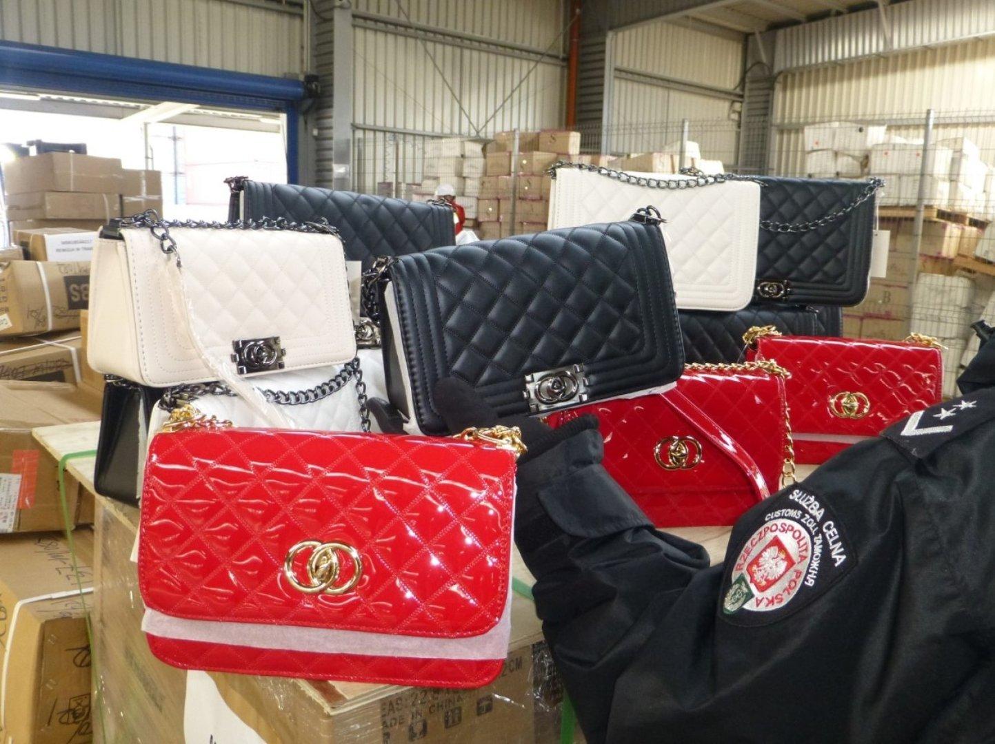 Poważne Kontener z Chin z podrabianymi torebkami. Celnicy zatrzymali towar VG32