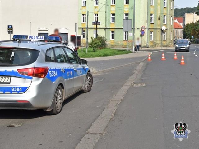 Wypadek w centrum Wałbrzycha. Samochód zderzył się z motocyklem, ranny 40-latek w szpitalu