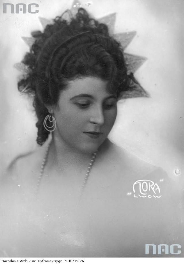 """Fryzura damska, która zdobyła 2 nagrodę na konkursie """"o najpiękniejszy model fryzury Data: 1925 - 1935"""