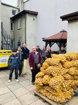 Łukasz Litewka, sosnowiecki radny, sprzedawał i rozdawał ziemniaki w Sosnowcu. Przekazał mu je rolnik ze świętokrzyskiego