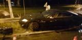 Wypadek w Toruniu. Kierowca wpadł w poślizg, uderzył w barierkę i znak drogowy. Mamy zdjęcia