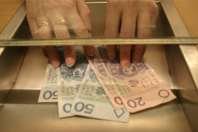 """Płaca brutto i netto w 2022 roku - stawki. W """"Polskim Ładzie"""" Prawo i Sprawiedliwość zapowiedziało reformę podatkową. Dzięki niej większość Polaków ma zyskać przy wypłatach pensji. Ile dokładnie? Kto zyska, a kto straci? Rząd przedstawił swoje obliczenia.   Zobacz konkretne stawki na kolejnych stronach ---->  Prezentujemy wybrane kwoty brutto i netto na umowie o pracę obecnie oraz po reformach zapowiadanych przez PiS, które mają wejść w życie od 2022 roku."""