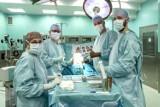 Sukces ortopedów z WUM. Wykonali pierwszą w Polsce operację wszczepienia podwójnej endoprotezy