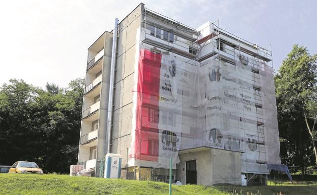 Dyrekcja szpitala odsłoniła wloty do stopodachów, jednak nie ma zezwolenia na zdemontowanie rusztowania. O tym musi zadecydować Powiatowy Inspektorat Nadzoru Budowlanego