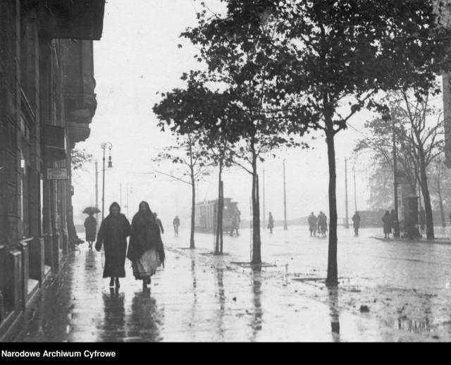 Zapraszamy na wyjątkowy spacer ulicami Poznania z lat 20. i 30. XX wieku. Fotografie pochodzą z Narodowego Archiwum Cyfrowego. Zobacz, jak przed wojną wyglądała stolica Wielkopolski. Przejdź dalej --->