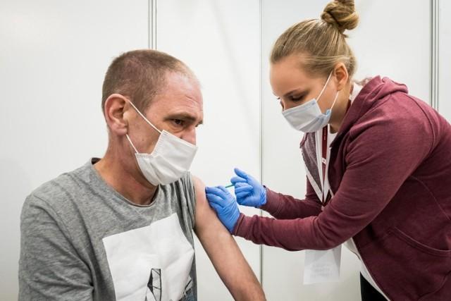 Szczepienia przeciwko COVID-19 w punkcie szczepień w Bydgoszczy