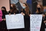 Ponad 100 osób protestowało pod sieradzkim biurem PiS - ZDJĘCIA