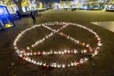 Poznań: Klepsydra z 415 zniczy zapłonęła na placu Wolności. Zobacz zdjęcia