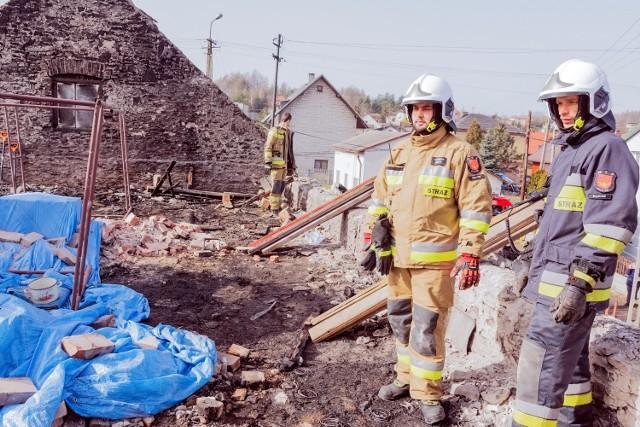 Tak wygląda po pożarze dom w Kluczach. Lokalni mieszkańcy spieszą z pomocą poszkodowanej rodzinie