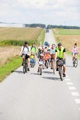 Akcja kwiatowo-rowerowo w Wolborzu: rodzinny rajd rowerowy do osady leśnej w Kole i wspólne ognisko ZDJĘCIA