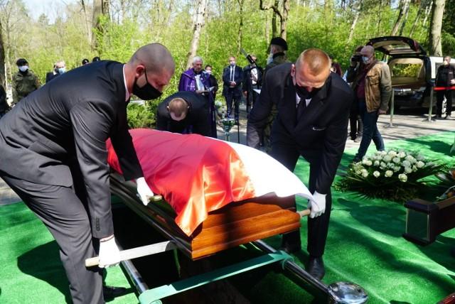 W poniedziałek, 27 kwietnia w Poznaniu odbył się pogrzeb Krystyny Łybackiej. Była minister edukacji narodowej spoczęła w alei zasłużonych na cmentarzu na Miłostowie.   Zobacz więcej zdjęć ---->