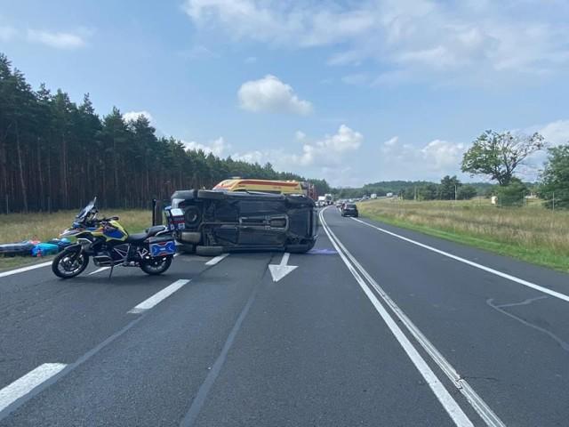 Do groźnie wyglądającego zdarzenia doszło w sobotę, 17 lipca, na trasie S10 między węzłami Toruń Zachód a Toruń Południe. Na drodze ekspresowej dachowało auto. Dwie osoby zostały poszkodowane.