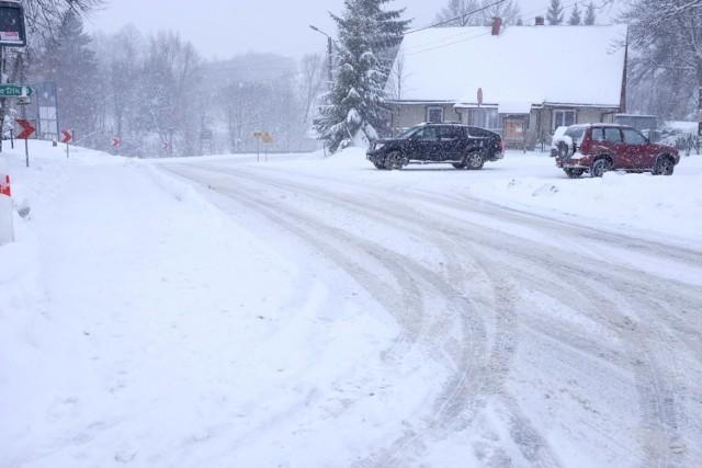 Zima wreszcie zawitała w Bieszczady. Tak w tej chwili wygląda Czarna Górna i droga w kierunku Polany.   WIDEO: W górach atak zimy, jest niebezpiecznie. W Karkonoszach zamknięto oblodzone szlaki