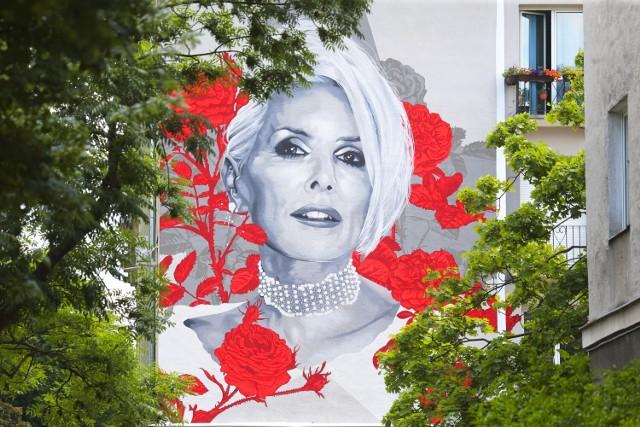 Olga Jackowska, czyli Kora, doczekała się w Warszawie także drugiego muralu na swoją cześć. Dzieło znajduje się na Starych Bielanach przy ulicy Stefana Żeromskiego 44/50.   Symboliczne odsłonięcie odbyło się 8 czerwca, w 70. rocznicę urodzin artystki.  Władze miasta zapowiedziały posadzenie 320 krzewów róż przy budynku, na którym powstał mural.
