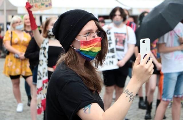 """Manifestacje środowisk LGBT+ w Grudziądzu pod hasłem """"Jestem człowiekiem, nie ideologią"""""""