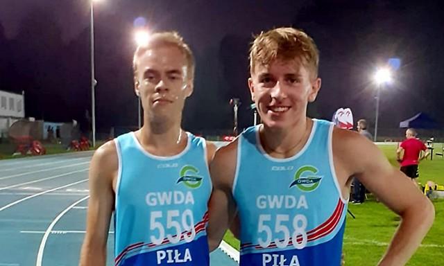 Dobrze na Zachodniopomorskim Mityngu Wieczornym w Białogardzie zaprezentowali się biegaczy Gwdy: Norbert Śliwiński (z lewej) i Mikołaj Czechowicz. Obaj uzyskali wartościowe rezultaty