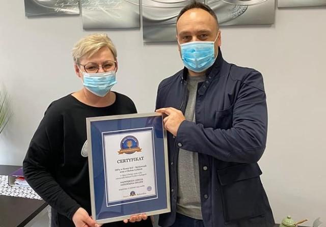 Rekord Polski ustanowiony i jest tego formalne potwierdzenie! Brawo! Specjalny certyfikat dla szkoły odebrała dyrektor ZSP nr 4 Iwona Małczak.
