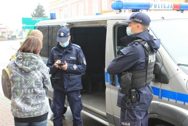Policjanci kontrolują przestrzeganie obowiązku zasłaniania ust i nosa w miejscach publicznych