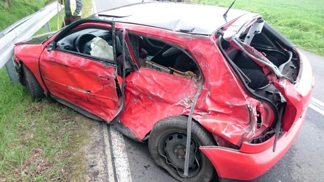 Do poważnego wypadku doszło w poniedziałek, 8 maja, na drodze koło Studzieńca. Audi uderzyło w bok ciężarówki. Do tragedii nie doszło tylko dzięki przytomności kierowcy ciężarówki.  Audi jechało w kierunku Mirocina Dolnego. Z naprzeciwka od strony Studzieńca jechała ciężarówka. Kierowca audi w pewnym momencie wpadł w poślizg i wjechał na przeciwległy pas ruchu. -Kierowca ciężarówki w porę zjechał na pobocze – mówi sierż. Justyna Sęczkowska, rzeczniczka nowosolskiej policji.   Ciężarówka wypadła z drogi, ale dzięki temu nie doszło do czołowego zdarzenia z audi. Auto osobowe uderzyło w bok ciężarówki, odbiło się i wpadło na barierki.  Na miejsce przyjechała policja i pogotowie ratunkowe. Kierowcy audi nic się nie stało. – Można śmiało mówić, że uratowała go szybka reakcja kierującego ciężarówką – mówi sierż. Sęczkowska.  27-letni kierowca audi stracił prawo jazdy. Zatrzymali mu je nowosolscy policjanci. – Został też przygotowany wniosek do sądu o ukaranie jego kierującego – informuje sierż. Sęczkowska.  Zobacz też: Parada motocykli w Nowej Soli